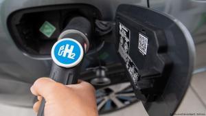 تعبئة سيارة بوقود الهيدروجين.  (photo: picture-alliance/dpa/S. Gollnow)