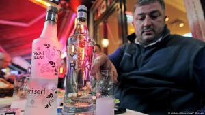 Man drinking raki in an Istanbul meyhane (photo: picture-alliance/dpa/T. Beyoglu)
