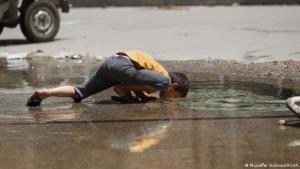 """الشرب من حفرة ناجمة عن القنابل - حلب في يونيو/ حزيران 2013: تدمير خط مياه في هجوم، ويبدأ الصبي على الفور بالشرب من الحفرة الناتجة عن القنابل والتي امتلأت بالمياه. ويقول المصور مظفر سلمان: """"في ذلك الوقت، قال بعض الناس إن الصورة غير واقعية، وأنه كان علي من الأفضل أن أعطيه ماءً نظيفاً. لكني أعتقد أنه من أجل تغيير الواقع، من المهم أولاً تصويره كما هو""""."""