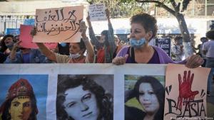ناشطات جزائريات احتشدن في العاصمة الجزائر يوم 8 أكتوبر / تشرين الأول 2020 للتنديد بالقتل الوحشي لامرأة تبلغ من العمر 19 عاما و 38 امرأة أخرى قُتلن عام 2020. (photo: Louiza Ammi/abaca/picture-alliance)
