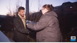 السيدة البوسنية ياسمينة هوسيديتش تسلم لاجئا فلسطيناً خيمة ليستفيد منها.