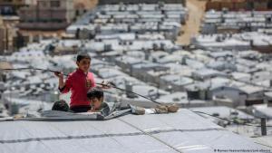 أولاد سوريون يلعبون على سطح مسكن في مخيم بارا للاجئين شمال شرق العاصمة اللبنانية بيروت.  Foto: Marwan Naamani/dpa/picture alliance