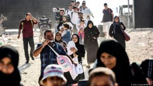 لاجئات سوريات ولاجئون سوريون عند الحدود التركية – تركيا – سوريا.