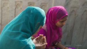 مشهد عند ضريح الصوفي معين الدين الجشتي في منطقة أجمر، شمال الهند.  Foto Marian Brehmer