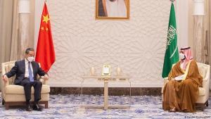وزير الخارجية الصيني وانغ يي (يسار) وولي العهد السعودي الأمير محمد بن سلمان ، الرياض ، 24 مارس 2021. (photo: BANDAR AL-JALOUD/Saudi Royal Palace/AFP)