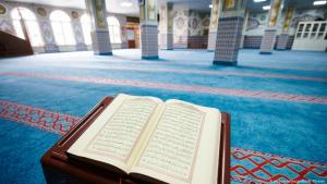 مصحف قرآن في مسجد فارغ.