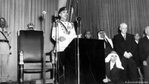 الملك حسين متحدثاً بمناسبة إعادة افتتاح برلمان الأردن عام 1957. (Foto: picture-alliance/dpa)