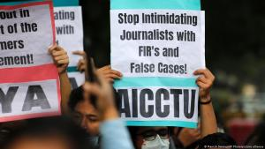 متظاهرون يحملون لافتات لدعم الصحفيين وحرية التعبير في نيودلهي، الهند، 3 فبراير / شباط 2021. (photo: AP Photo/Manish Swarup)