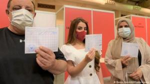 في فبراير/شباط 2021 أصبحت البحرين واحدة من أوائل الدول في العالم التي أنشأت جواز سفر متعلق بلقاح كورونا.  (photo: Mazen Mahdi/AFP/Getty Images)