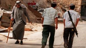 كان من المقرر أن تعقد المحكمة العليا في إسرائيل يوم الإثنين (10 أيار/ مايو 2021) جلسة لنظر قضية جارية منذ فترة طويلة حول ما إذا كان سيتم طرد أسر فلسطينية من منازلها في حي الشيخ جراح قرب باب العامود، ومنح تلك المنازل لمستوطنين إسرائيليين. وانتقل بعض المستوطنين بالفعل إلى الشارع المقصود وأصبحوا يقيمون بجوار الفلسطينيين الذين يواجهون احتمال الطرد.