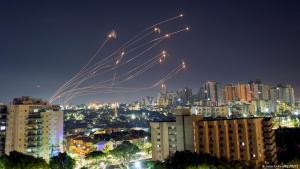 إسرائيل – صواريخ من غزة اعترضتها القبة الحديدية الإسرائيلية في عسقلان.  Foto: Amir Cohen/Reuters