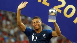كيليان مبابي (فرنسا): ينحدر كيليان مبابي من أصول إفريقية فوالده من الكاميرون أما ووالدته من الجزائر. كان عمره 19 عاما عندما توج مع منتخب الديوك بمونديال كأس العالم 2018 في روسيا. يعد مبابي واحدا من أبرز لاعبي المنتخب الفرنسي المشارك في يورو 2020 والذين ينحدرون من أصول إفريقية إلى جانب بول بوغبا (غينيا) ونغولو كانتي وموسى سيسوكو (مالي) وعثمان ديمبيلي (كوت ديفوار) وكريم بنزيمة (الجزائر).
