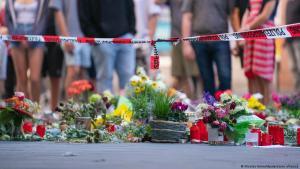 باقات من الزهور عند موقع مقتل ثلاث نساء على يد لاجئ في مدينة فورتسبوغ في ألمانيا.