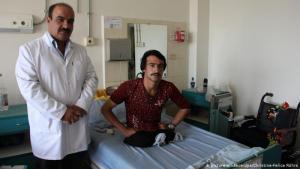 نجحت العملية، وماذا بعد؟ فقد هذا الجندي الأفغاني ساقيه أثناء تأدية الواجب في ولاية قندوز عام 2015. لكن بعد ذلك اكتشف الأطباء في مستشفى كابُل وجود بعض الشظايا في خصره، وكان يجب استخراجها أيضا.
