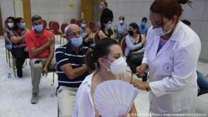 حملة التطعيم البطيئة: واجهت الحكومة انتقادات واسعة النطاق لبطء وتيرة حملة التطعيم وامتلاء وحدات الرعاية الفائقة بالمستشفيات عن آخرها، فمن بين حوالي 11.5 مليون نسمة في البلاد، لم يتم تطعيم سوى أقل بقليل من 1.8 مليون شخص حتى نهاية يونيو / حزيران 2021، وحصل 500 ألف منهم على حماية كاملة من التطعيم، وفقا لوزارة الصحة التونسية.