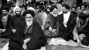 """الخميني قائد الثورة الإسلامية. """"الثورة الإسلامية لم تجد لها صدى في الخارج، سوى في المناطق الشيعية على غرار على جنوب لبنان وعلى العراق"""""""