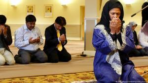 الإمامة البروفيسورة الأمريكية أمينة ودود 17 / 10 / 2008 وهي تؤم الناس في صلاة الجمعة في بريطانيا. (photo: Kirsty Wigglesworth/AP/picture-alliance)