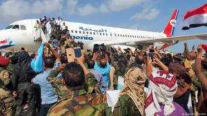 لحظة وصول الحكومة اليمنية إلى مدينة عدن في اليمن. Jemen Explosion am Flughafen in Aden Foto AFP