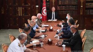 الديموقراطية في تونس مهددة بسبب التجاذبات السياسية والمشاكل الأقتصادية التي ساهمت كورونا في تشديدها.