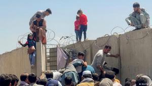 أفغان يائسون حاولوا دخول مطار كابول: حاولت عائلات أفغانية يائسةً الوصول إلى مطار حامد كرزاي الدولي في كابول. وحتى الأطفال تدفقوا بين الحشود التي تسعى بكل قواها للهروب في اللحظات الأخيرة من دخول حركة طالبان العاصمة.