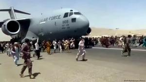 مشهد أفغان مذعورين يحاولون التمسك بطائرة عسكرية أمريكية على وشك الإقلاع في مطار كابول في أفغانستان. Afghanistan Kabul Flughafen Evakuierungen Chaos Foto Picture Alliance