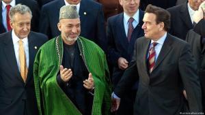 (photo: picture-alliance/dpa) المستشار الألماني السابق شرورد مع الرئيس الأفغاني السابق حامد كرزاي في مؤتمر أفغانستان في عام 2003