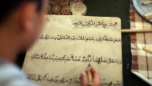 صَبِيّ يتعلم القرآن في طرابلس. Foto: MAHMUD TURKIA/AFP/Getty Images