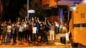 (Foto: Cagla Gurdogan/REUTERS)رفع عدد من المخربين شعاراً تستخدمه حركة تركية يمينية متطرفة تُعرف باسم تنظيم الذئاب الرمادية
