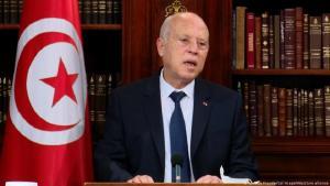 """رفض الرئيس التونسي قيس سعيد اتهامات خصومه له بالقيام بـ""""انقلاب"""" إثر تجميده عمل البرلمان وإقالته للحكومة، داعياً التونسيين إلى تجنب """"الاقتتال الداخلي"""". يأتي ذلك في وقت فرض فيه حظر تجول لمدة شهر."""