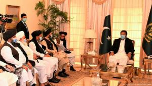 رئيس الوزراء الباكستاني عمران خان وهو يلتقي بقادة طالبان. (Foto:Pakistan Prime minister office/AFP)