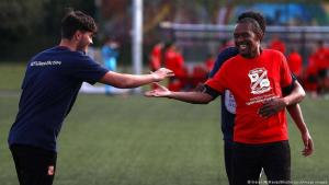 (Foto: Kieran McManus/Shutterstock/imago images) كرة القدم ودعم الاندماج في المانيا