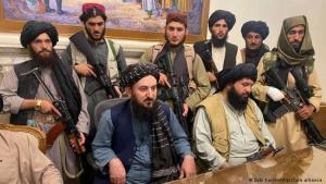 (photo: Zabi Karim/AP Photo/picture-alliance)زحف طالبان الذي تواصل حتى سقوط العاصمة كابول، شهد سيطرة مقاتلي الحركة على القصر الرئاسي يوم الأحد (15 أغسطس/آب). وأظهرت مقاطع فيديو قادة ومقاتلي طالبان جالسين داخل القصر معلنين النصر في حملتهم ضد الجيش الأفغاني