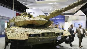 دبابات ليوبارد الألمانية في معرض لتجارة الأسلحة في أبو ظبي 2017 - الإمارات.(photo: picture-alliance/AP Photo)