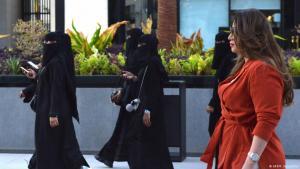 السعودية في ظل إصلاحات محمد بن سلمان – امرأة سافرة الشعر ونساء منقبات. Saudi Arabien Frauen meiden Abaya Robe mit Vollverschleierung FOTO AFP