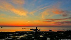 شروق الشمس على جزيرة هرمز في الخليج العربي / الفارسي. (photo: Instagram)