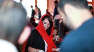 شابة مسلمة تحضِّر أكياس الغداء للمشردين في سان فرانسيسكو الأمريكية.  (photo: Abdel Rahman Bassa)