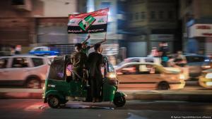 (photo: Ayman Yaqoob/AA/picture alliance). بعد أول انتخابات في العراق بعد الحراك 2021. أنصار مقتدى الصدر يحتلفون بفوز كتلتهم في الانتخابات