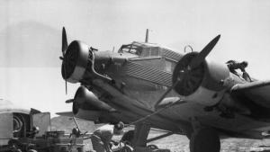 طائرة ألمانية نازية من نوع جي يو 52 في جزيرة كريت عام 1943.  (photo: German Federal Archive / Feichtenberger / CC-BY-SA 3.0, CC BY-SA 3.0 DE <https://creativecommons.org/licenses/by-sa/3.0/de/deed.en>, via Wikimedia Commons)
