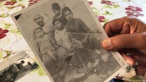 صورة في يد أحد الحركيين الجزائريين في فرنسا يتذكر فيها حياته في الجزائر. Frankreich Paris Harki Serge Carel mit Bildern aus seiner Zeit in Algerien FOTO DW