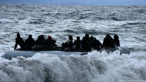 Boat carrying refugees on the Mediterranean (photo: picture-alliance/Photoshot)