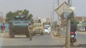 إغلاق جنود من الجيش السوداني للشوارع في الخرطوم بعد محاولة انقلاب فاشلة في السودان  21  / 09 / 2021.  Sudan Khartum Strassensperre von Soldaten nach Putschversuch FOTO PICTURE ALLIANCE