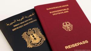 صورة رمزية عن ازدواج الجنسية - جواز ألماني وإلى جانبه جواز سوري. Symbolbild Doppelpass doppelte Staatsbuergerschaft Foto Picture Alliance