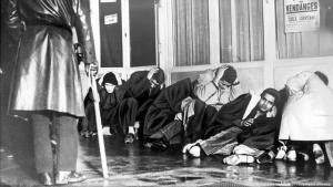 مسلمون جزائريون في 20 أكتوبر 1961 في باريس في فرنسا - احتجزوا في نقاط تجميع لأيام عديدة ومنهم مَن جُرِحَ ومنهم من قُتِل. Wurden tagelang in Sammelstellen festgehalten Algerische Muslime am 20 Oktober 1961 in Paris Frankreich FOTO PICTURE ALLIANCE