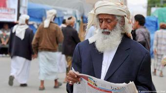 مواطن خلال فرائته لصحيفة في اليمن