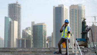 وسط المنطقة الصناعية قرب المصانع والمستودعات وأراض صحراوية في الدوحة يعيش العمال الأجانب الذين يشيدون الملاعب والمباني المخصصة لبطولة كأس العالم لكرة القدم عام 2022. وهم من جنسيات مختلفة كالنيبال وبنغلادش والهند والفلبين.