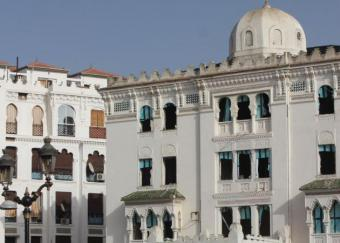 بريق مُتدهور: حتى يومنا هذا نادرًا ما يصل إلى قسنطينة زوَّارٌ مهتمُّون في تراث الماضي الثقافي الغني. في عام 2013 جاء إلى الجزائر أقل من مليون سائح أجنبي - وهذا ليس كثيرًا بالمقارنة مع عشرة ملايين سائح في المغرب وستة ملايين في تونس. فندق غراند سيرتا الموجود في وسط قسنطينة والذي تم بناؤه في عهد الاستعمار، يبدو أنَّه قد شهد أيَّامًا أفضل.