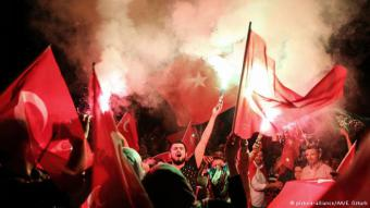 مناصرو الديمقراطية في حيّ كيزيكلي في اسطنبول، وهم متجمعون أمام مسكن الرئيس التركي أردوغان.