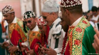 """تتوارث الأجيال فن ݣناوة، وتستخدم آلات مغربية قديمة للعزف منها """"الهجهوج"""" و"""" القراقب"""". وللحفاظ على هذا التراث الفني، تسعى هيئات ثقافية مغربية إلى إقناع اليونسكو بوضعه ضمن لائحه التراث الانساني العالمي."""