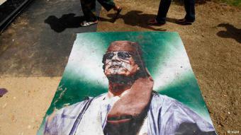 بعد نحو 42 عاما من حكم معمر القذافي اندلعت في ليبيا في 17 فبراير/ شباط 2011 ثورة ضده أدت إلى سقوط نظامه بمساعدة من حلف الناتو، وبحثت ليبيا عن مخرج من الاضطرابات السياسية والعنف الذي يجتاحها.