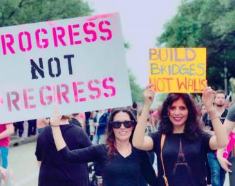 الكاتبة والباحثة هدى شقراني خلال مظاهرة ضد سياسة ترامب. الصورة هدي شقراني